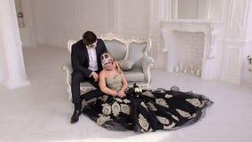 加上蠕动的万圣节构成坐葡萄酒沙发在葡萄酒屋子 影视素材
