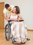 加上轮椅的女孩在门附近 免版税图库摄影
