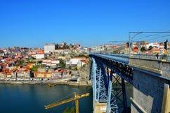 加亚新城和Dom我跨接的雷斯,从Ribeira,葡萄牙的看法 库存照片