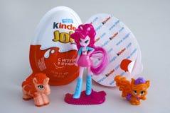 更加亲切的喜悦怂恿与三个女孩更加亲切的玩具 免版税库存照片