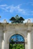 加倍在奥地利皇家宫殿hofburg的朝向的老鹰在v 免版税库存照片