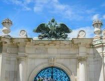 加倍在奥地利皇家宫殿hofburg的朝向的老鹰在v 库存照片