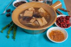 加倍煮沸的猪肉赶走,在中国草本汤的黑蘑菇 免版税库存图片