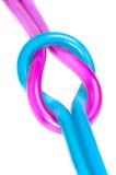 加入一个平结的两塑料缆绳 免版税图库摄影