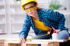 加入木板条的女性安装工木匠切口做r 库存照片