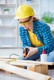 加入木板条的女性安装工木匠切口做r 免版税库存照片