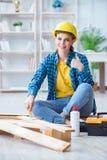 加入木板条的女性安装工木匠切口做r 免版税图库摄影