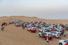 加入沙漠徒步旅行队的游人在迪拜 图库摄影