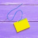 加入的毛毡片断 闭合的毯边锁缝针迹 如何工作在刺绣的毯边锁缝针迹 木背景 顶视图 特写镜头 库存图片