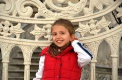 加入Kucuksu亭子在他美丽的白肤金发的女孩的门 免版税库存照片