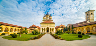 加冕正统大教堂和圣迈克尔天主教大教堂在阿尔巴尤利亚,特兰西瓦尼亚,罗马尼亚堡垒  免版税库存照片