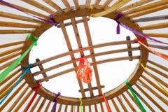 加冠Yurt圆顶以从十字架的一个格子的形式的Shanyrak元素,题写在创造开放的圈子 库存图片