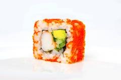 加利福尼亚卷用虾、tobiko、鲕梨和日本蛋黄酱 库存照片