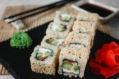 加利福尼亚寿司卷设置了与在芝麻的三文鱼 库存照片