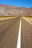 加利福尼亚州的沙漠路 免版税库存图片