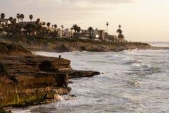 加利福尼亚平静海岸线的日落 免版税库存照片