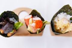 加利福尼亚手被设置的卷寿司:鹅肝、虾与可儿, Tamagoyaki,鲕梨和Tobiko 库存图片