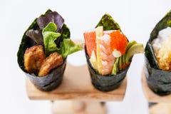 加利福尼亚手被设置的卷寿司:鹅肝、虾与可儿, Tamagoyaki,鲕梨和Tobiko 库存照片