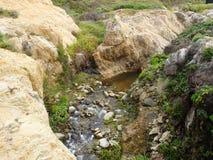 加利福尼亚沿海岩石和峭壁,沿海-下来旅行高速公路1的小小河 免版税库存图片