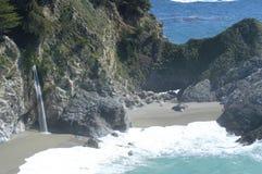 加利福尼亚海岸瀑布 免版税库存照片