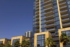 加利福尼亚现代公寓和零售大厦 免版税库存图片