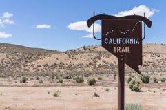 加利福尼亚足迹标志在东内华达 免版税库存图片