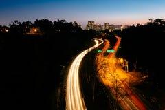 加利福尼亚路线163和圣地亚哥地平线在晚上,看fr 免版税库存照片