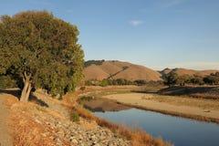加利福尼亚金黄小山阿拉米达小河在佛瑞蒙,加利福尼亚 库存照片