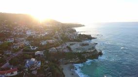 加利福尼亚,美国,海滨别墅鸟瞰图沿太平洋海岸的在加利福尼亚 在日落期间的不动产 影视素材