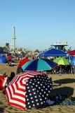 加利福尼亚:圣克鲁斯拥挤了沙滩伞 免版税库存图片