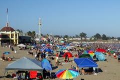 加利福尼亚:圣克鲁斯拥挤了海滩假日 免版税库存图片