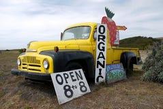 加利福尼亚:有机草莓农厂立场卡车标志 免版税库存图片