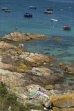 加利西亚,西班牙的岩石海岸的太阳恋人 免版税图库摄影