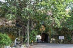 加勒堡垒的老门,斯里兰卡,有英国徽章的和座右铭` Dieu和星期一清晰地可看见权利的` 免版税库存图片