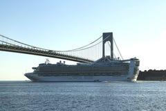 加勒比公主游轮在Verrazano桥梁下在纽约港口 库存照片
