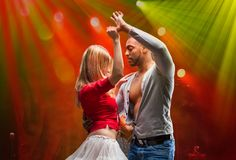 加勒比夫妇跳舞辣调味汁年轻人 库存照片
