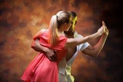 加勒比夫妇跳舞辣调味汁年轻人 免版税库存照片