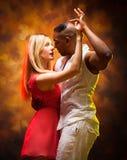 加勒比夫妇跳舞辣调味汁年轻人 免版税图库摄影