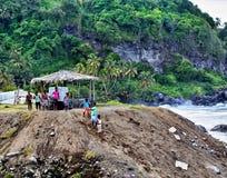 加勒比孩子在海洋附近使用 圣文森特和格林纳丁斯 乔治城 库存图片