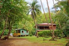 加勒比房子和小屋与热带植被 免版税图库摄影