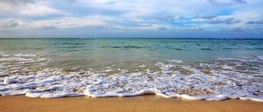 加勒比海和蓝天 蓝色海岛王国酸值phangan被拍摄的海运天空热带的泰国 免版税库存图片