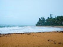 加勒比海在非常多云天空下:在风暴前的安静 波多黎各,美国 库存图片