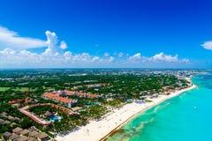 加勒比海洋的美丽的白色沙子海滩和蓝色绿松石水的坎昆鸟瞰图 免版税库存图片