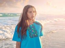 加勒比海滩日落的拉丁美丽的女孩 免版税库存照片