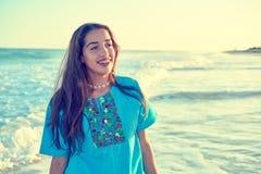 加勒比海滩日落的拉丁美丽的女孩 免版税库存图片
