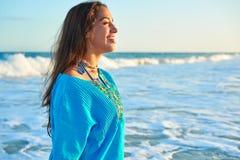 加勒比海滩日落的拉丁美丽的女孩 库存照片