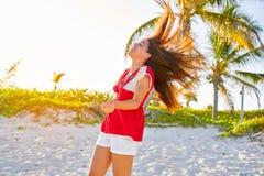 加勒比海滩的愉快的拉丁美丽的女孩 免版税图库摄影