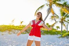 加勒比海滩的愉快的拉丁美丽的女孩 免版税库存图片