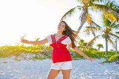 加勒比海滩的愉快的拉丁美丽的女孩 库存图片
