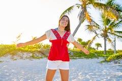 加勒比海滩的愉快的拉丁美丽的女孩 免版税库存照片